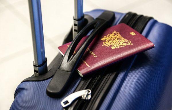 Consejos sobre que debemos llevar en el equipaje de mano. Documentación como el pasaporte, DNI o visado.