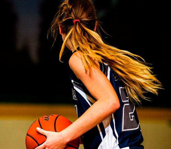 Todos los High schools canadienses ofrecen innumerables actividades deportivas. El deporte será un elemento fundamental durante el año escolar en Canadá. En la foto observamos a una jugadora de baloncesto del equipo del colegio.