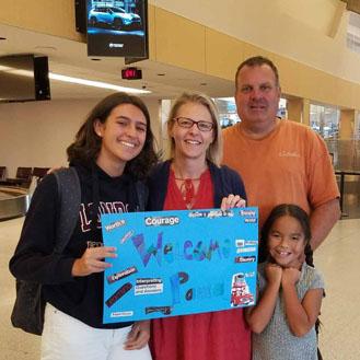 Bienvenida de la familia de Paula a su llegada a EEUU para comenzar su año escolar