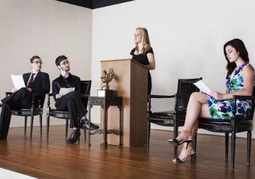 Club de debate entre las actividades extra escolares de los colegios americanos en secundaris y bachillerato